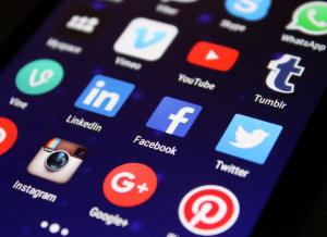 Soial Media Icons auf Smartphone-Bildschirm